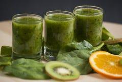 Φρέσκος πράσινος καταφερτζής με το σπανάκι και το ακτινίδιο Στοκ φωτογραφία με δικαίωμα ελεύθερης χρήσης