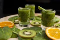 Φρέσκος πράσινος καταφερτζής με το σπανάκι και το ακτινίδιο Στοκ φωτογραφίες με δικαίωμα ελεύθερης χρήσης