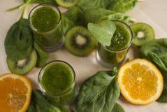 Φρέσκος πράσινος καταφερτζής με το σπανάκι και το ακτινίδιο Στοκ εικόνα με δικαίωμα ελεύθερης χρήσης