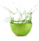 Φρέσκος πράσινος χυμός της Apple με τον παφλασμό νερού Στοκ φωτογραφία με δικαίωμα ελεύθερης χρήσης