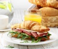Φρέσκος σάντουιτς-croissant με το ζαμπόν, το arugula, το αγγούρι και το τυρί Στοκ εικόνα με δικαίωμα ελεύθερης χρήσης