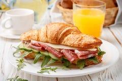 Φρέσκος σάντουιτς-croissant με το ζαμπόν, το arugula, το αγγούρι και το τυρί Στοκ εικόνες με δικαίωμα ελεύθερης χρήσης
