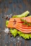 Φρέσκος σολομός με τα καρυκεύματα και τη σαλάτα στοκ εικόνες
