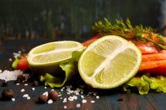 Φρέσκος σολομός με τα καρυκεύματα και τη σαλάτα στοκ φωτογραφίες