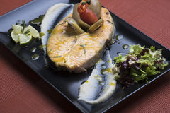 Φρέσκος σολομός που εξυπηρετείται με τις λαθραίους πατάτες και το φυτικό πουρέ 1 Στοκ Εικόνα
