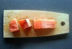 Φρέσκος σολομός στον πίνακα, συστατικά τροφίμων, ψάρια, πορτοκάλι Στοκ Εικόνα