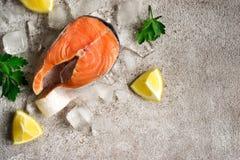 φρέσκος σολομός ψαριών Ακατέργαστες μπριζόλες σολομών στον πάγο τρόφιμα μπουλεττών ανασκόπησης πολύ κρέας πολύ  Στοκ Φωτογραφίες