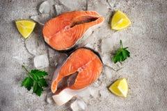 φρέσκος σολομός ψαριών Ακατέργαστες μπριζόλες σολομών στον πάγο τρόφιμα μπουλεττών ανασκόπησης πολύ κρέας πολύ  Στοκ Φωτογραφία