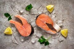 φρέσκος σολομός ψαριών Ακατέργαστες μπριζόλες σολομών στον πάγο τρόφιμα μπουλεττών ανασκόπησης πολύ κρέας πολύ  Στοκ Εικόνα