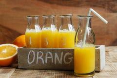 Φρέσκος συμπιεσμένος χυμός από πορτοκάλι σε ένα μπουκάλι στοκ εικόνες
