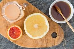 Φρέσκος συμπιεσμένος χυμός γκρέιπφρουτ που εξυπηρετείται με το μέλι στοκ φωτογραφίες με δικαίωμα ελεύθερης χρήσης