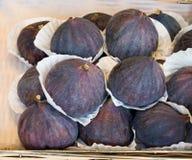 Φρέσκος σωρός σύκων, ώριμος και νόστιμος, φρούτα φθινοπώρου, στην αγορά πώλησης στοκ εικόνα με δικαίωμα ελεύθερης χρήσης