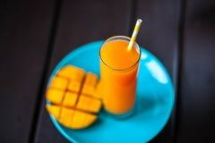 Φρέσκος τροπικός χυμός μάγκο καταφερτζήδων φρούτων και φρέσκο μάγκο Στοκ εικόνα με δικαίωμα ελεύθερης χρήσης
