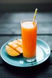 Φρέσκος τροπικός χυμός μάγκο καταφερτζήδων φρούτων και φρέσκο μάγκο Στοκ εικόνες με δικαίωμα ελεύθερης χρήσης