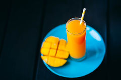 Φρέσκος τροπικός χυμός μάγκο καταφερτζήδων φρούτων και φρέσκο μάγκο Στοκ φωτογραφία με δικαίωμα ελεύθερης χρήσης