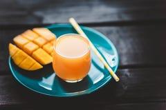 Φρέσκος τροπικός χυμός μάγκο καταφερτζήδων φρούτων και φρέσκο μάγκο Στοκ φωτογραφίες με δικαίωμα ελεύθερης χρήσης