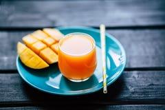 Φρέσκος τροπικός χυμός μάγκο καταφερτζήδων φρούτων Στοκ Εικόνες