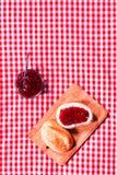 Φρέσκος φλοιώδης ρόλος με τη μαρμελάδα φραουλών στοκ εικόνα