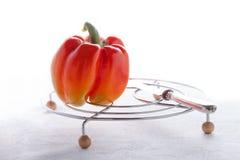 φρέσκος χορτοφάγος τροφίμων Κόκκινο πιπέρι σε μια άσπρη επιφάνεια Στοκ Εικόνα