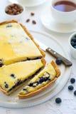 φρέσκος χρόνος τσαγιού φραουλών πορσελάνης πιάτων της Κίνας Σπιτικό cheesecake βακκινίων, φλυτζάνια του τσαγιού, καρύδια και μούρ Στοκ Εικόνες