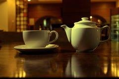 φρέσκος χρόνος τσαγιού φραουλών πορσελάνης πιάτων της Κίνας Άσπρα φλυτζάνα τσαγιού και teapot στον ξύλινο πίνακα στο σκοτεινό δωμ Στοκ Φωτογραφίες