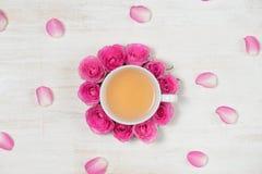 φρέσκος χρόνος τσαγιού φραουλών πορσελάνης πιάτων της Κίνας Ελαφρύ υπόβαθρο με τα λουλούδια και το φλυτζάνι του τσαγιού Στοκ Εικόνες