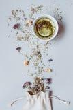 φρέσκος χρόνος τσαγιού φραουλών πορσελάνης πιάτων της Κίνας Ξηρά βοτανικά τσάι και φλυτζάνι του καυτού τσαγιού στο γκρίζο υπόβαθρ Στοκ εικόνα με δικαίωμα ελεύθερης χρήσης