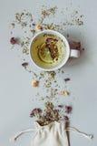 φρέσκος χρόνος τσαγιού φραουλών πορσελάνης πιάτων της Κίνας Ξηρά βοτανικά τσάι και φλυτζάνι του καυτού τσαγιού στο γκρίζο υπόβαθρ Στοκ φωτογραφίες με δικαίωμα ελεύθερης χρήσης