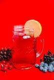 φρέσκος χρόνος τσαγιού φραουλών πορσελάνης πιάτων της Κίνας Υπόβαθρο Στοκ εικόνα με δικαίωμα ελεύθερης χρήσης