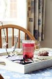 φρέσκος χρόνος τσαγιού φραουλών πορσελάνης πιάτων της Κίνας Στοκ Εικόνα
