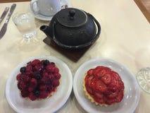 φρέσκος χρόνος τσαγιού φραουλών πορσελάνης πιάτων της Κίνας Στοκ Εικόνες