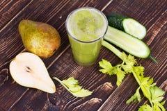 Φρέσκος χυμός αγγουριών, αχλαδιών και σέλινου Φέτες των φρούτων και λαχανικών Στοκ Φωτογραφία