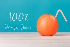 φρέσκος χυμός από πορτοκάλι 100 με ένα άχυρο Στοκ Εικόνες