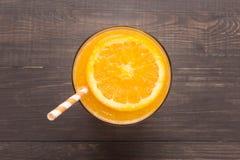 Φρέσκος χυμός από πορτοκάλι στο γυαλί στο ξύλινο υπόβαθρο Στοκ εικόνες με δικαίωμα ελεύθερης χρήσης