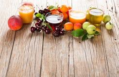 Φρέσκος χυμός από τα θερινά φρούτα Στοκ φωτογραφία με δικαίωμα ελεύθερης χρήσης
