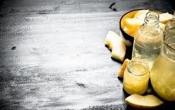 Φρέσκος χυμός από τα ώριμα πεπόνια στη στάμνα και τα γυαλιά Στοκ Εικόνες