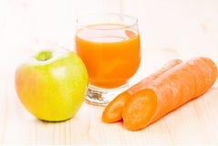 Φρέσκος χυμός βιταμινών στον ξύλινο πίνακα Υγιής ανασκόπηση καρπού Στοκ φωτογραφία με δικαίωμα ελεύθερης χρήσης