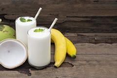 Φρέσκος χυμός καταφερτζήδων βανίλιας κοκτέιλ καρύδων μπανανών και άσπρο ποτό φρούτων μπανανών υγιείς το γούστο yummy στο γυαλί στοκ εικόνα