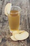Φρέσκος χυμός μήλων και τεμαχισμένα μήλα Στοκ φωτογραφία με δικαίωμα ελεύθερης χρήσης