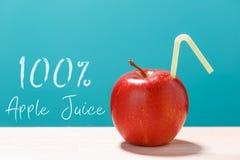 φρέσκος χυμός μήλων 100 με ένα άχυρο Στοκ Φωτογραφία