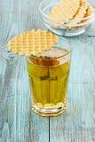 Φρέσκος χυμός μήλων σε ένα γυαλί με τα μπισκότα γκοφρετών Στοκ φωτογραφία με δικαίωμα ελεύθερης χρήσης