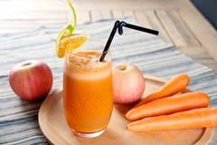 Φρέσκος χυμός της Apple καρότων Στοκ εικόνα με δικαίωμα ελεύθερης χρήσης