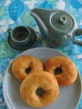 Φρέσκος ψημένος ιταλικός σπόρος γλυκάνισου donuts και δοχείο του καφέ στο μπλε και πράσινο αναδρομικό τραπεζομάντιλο Στοκ φωτογραφία με δικαίωμα ελεύθερης χρήσης