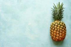 Φρέσκος ώριμος ολόκληρος ανανάς Τοπ άποψη με το διάστημα αντιγράφων στοκ εικόνες