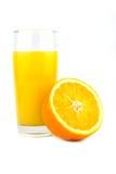Φρέσκος ώριμος πορτοκαλής και χυμός από πορτοκάλι σε ένα ξύλινο υπόβαθρο κλείστε επάνω Στοκ Εικόνες