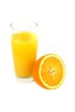 Φρέσκος ώριμος πορτοκαλής και χυμός από πορτοκάλι σε ένα ξύλινο υπόβαθρο Στοκ Εικόνες