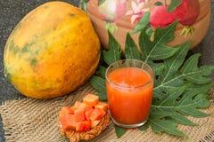 Φρέσκος papaya χυμός στο γυαλί με papaya τα φρούτα, το φύλλο και τις φέτες Στοκ εικόνες με δικαίωμα ελεύθερης χρήσης