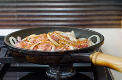 Φρέσκο άψητο κρέας στο τηγάνισμα του τηγανιού στη μετάλλου-αερίου κουζίνα Στοκ Φωτογραφίες