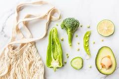 Φρέσκο αβοκάντο, ασβέστης, μπρόκολο, πράσινα μπιζέλια, αγγούρι, πράσινο πιπέρι r r Πράσινα λαχανικά που βρίσκονται στο άσπρο μάρμ στοκ εικόνα με δικαίωμα ελεύθερης χρήσης