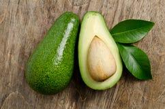 Φρέσκο αβοκάντο με τα φύλλα στοκ εικόνα με δικαίωμα ελεύθερης χρήσης